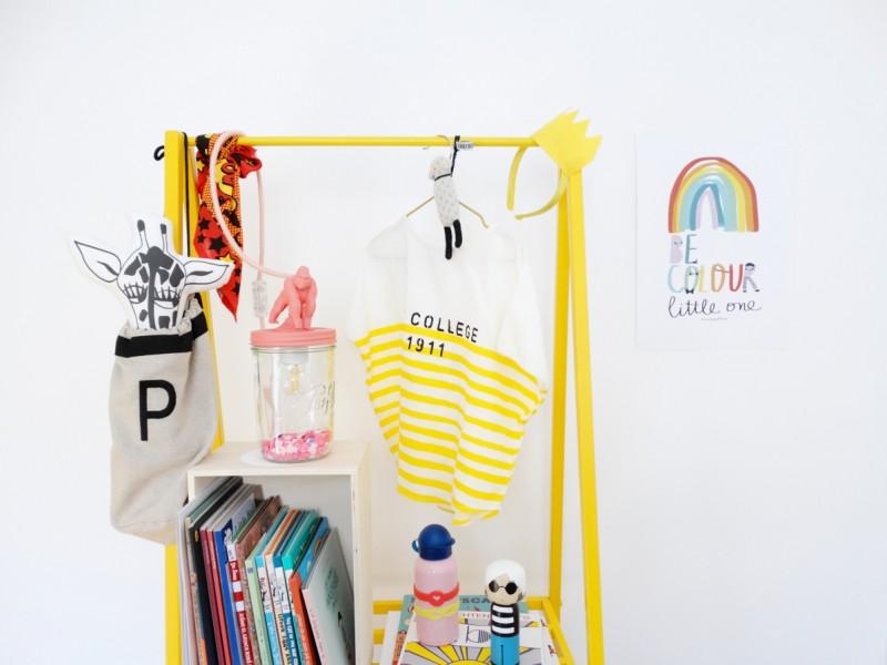 kids decor ideas clothes hanger yellow Peek&Pack